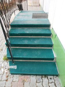 зеленые проступи 1100 на нестандартной лестнице