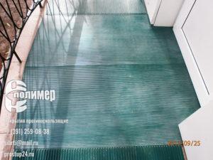 рифленое покрытие и проступи зеленые