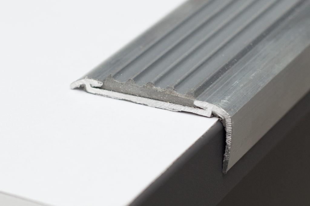 профиль алюминиевый на лестницу